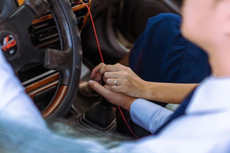 זוג נשוי מחזיק ידיים ברכב